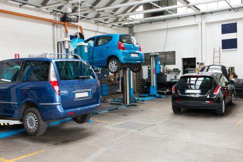 samochody na podnosnikach